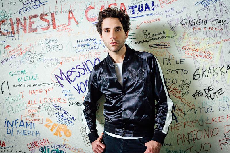 """Mika contro omofobia e bullismo nel video di """"Hurts"""""""