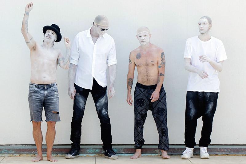 """I Red Hot Chili Peppers pubblicano il video di """"Go Robot"""""""
