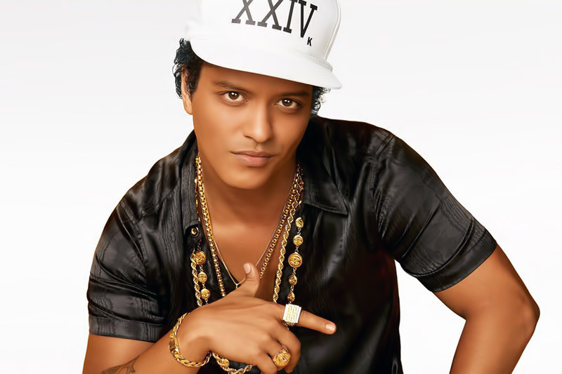"Bruno Mars online con il video di ""Versace On The Floor"""