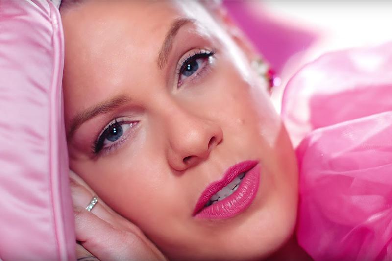 """P!nk sempre più rosa nel video di """"Beautiful Trauma"""""""